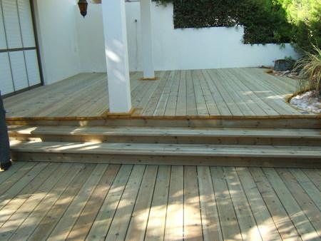 רצפת עץ אורן עם שני מפלסים ומדרגות