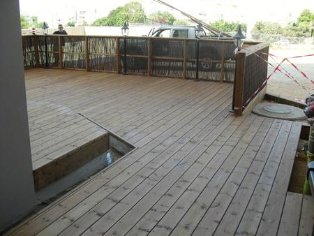 רצפת עץ אורן עם במה מוגבהת